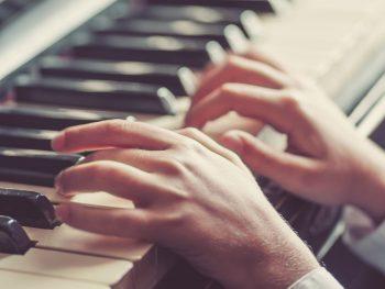 Patologie musicisti: affidati al Team Symcro, specializzato nel trattamento della mano o arto superiore del musicista! Interventi modulati sullo strumento.